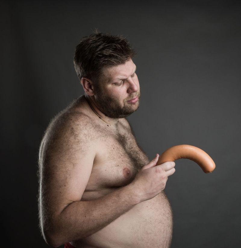 când este erect, penisul este îndoit)