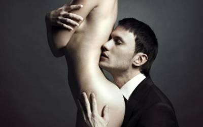 sărută delicat penisul)