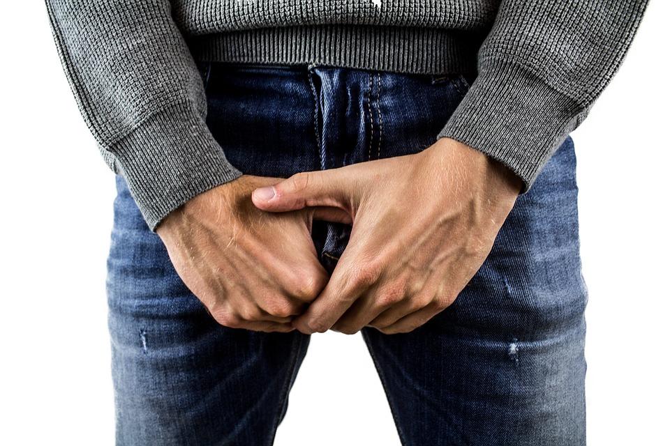 de ce bărbații își zgârie penisul
