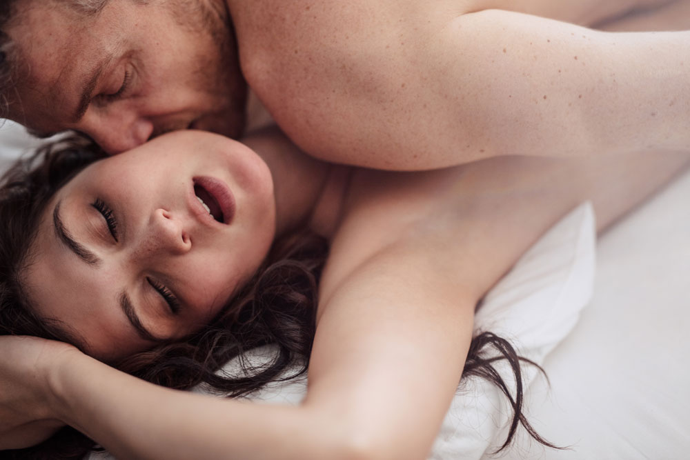 erecție în timpul filmării unei scene de pat